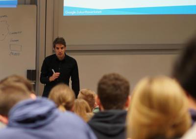 Sebastian Decker Google Zukunftswerkstatt Trainer vor Publikum