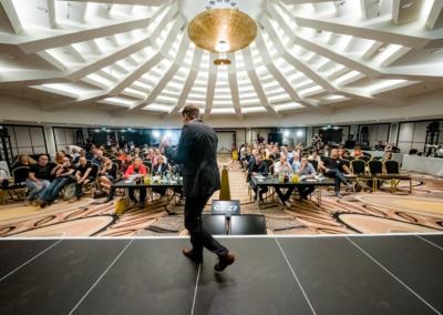Sebastian Decker Zukunftswerkstatttrainer als Redner vor Publikum